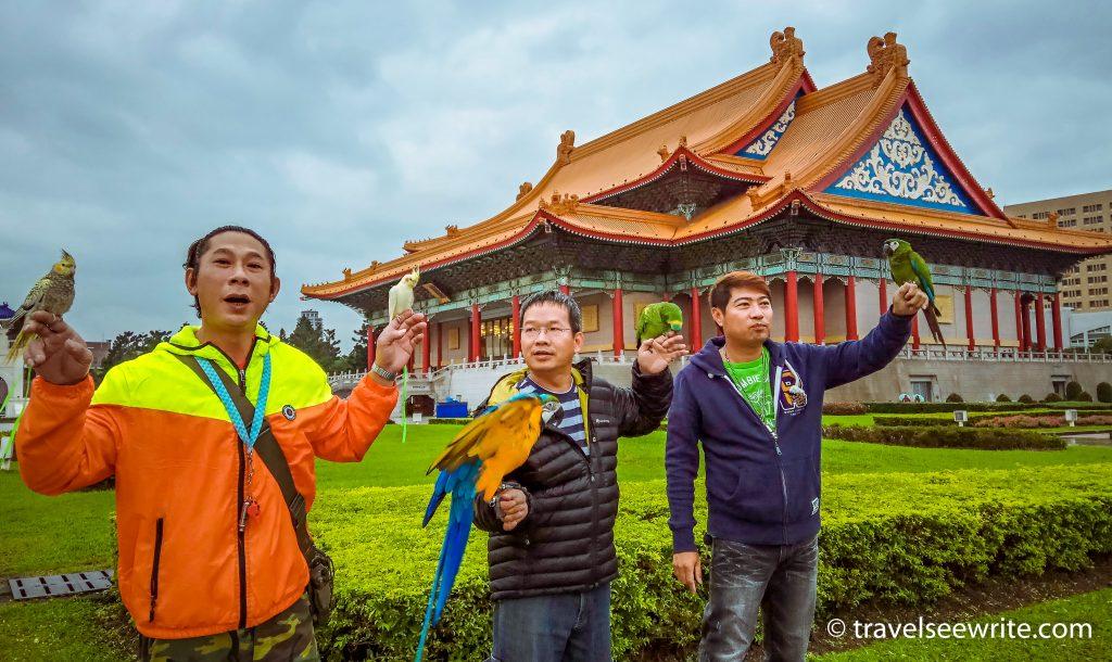 locals-at-chiang-kai-shek-memorial-hall-taipei-taiwan